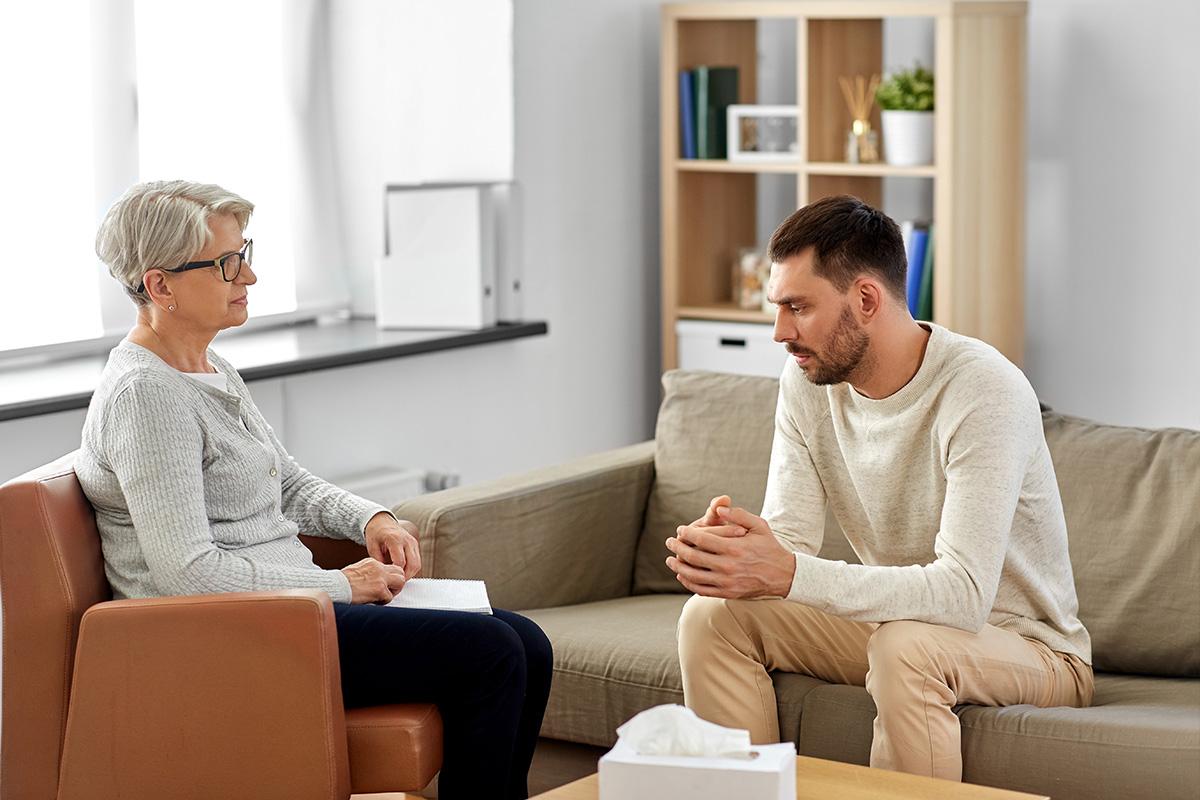 Ein Mann mit Autismus bei der Therapie