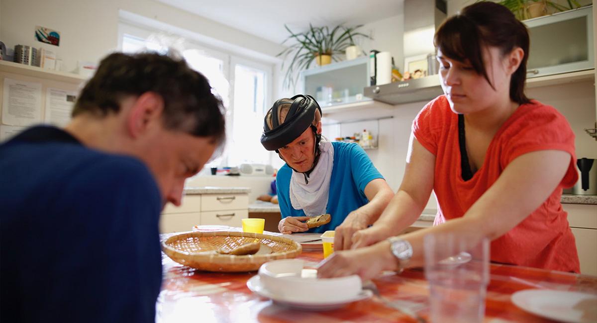 Erwachsene in einer Wohngruppe beim Frühstück