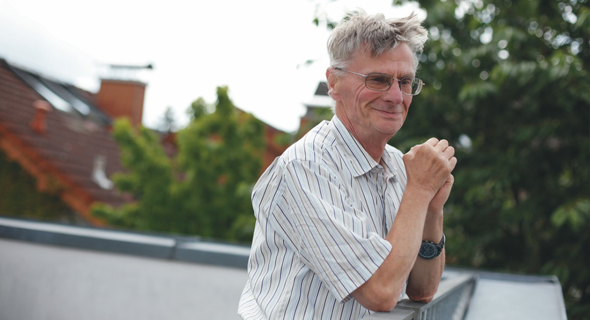 Ein Mann steht auf der Dachterasse seiner Wohngruppe