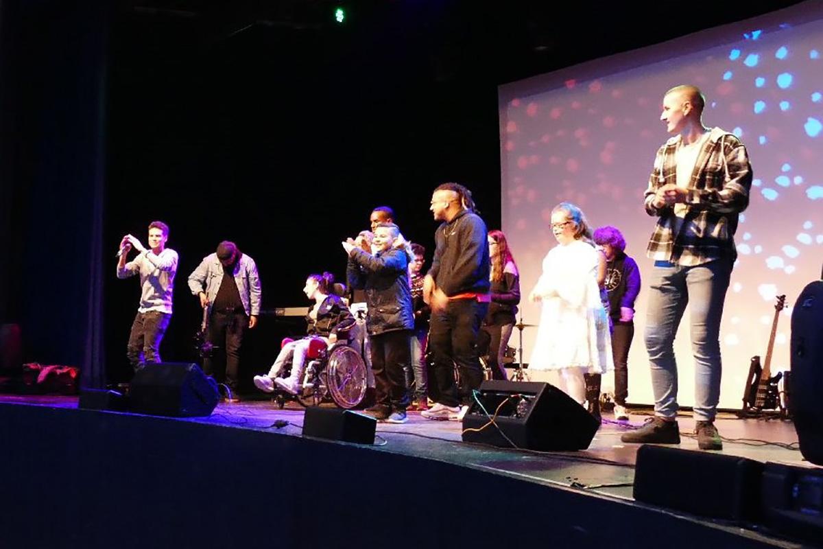 Jugendliche mit und ohne Behinderung machen Musik auf einer Bühne