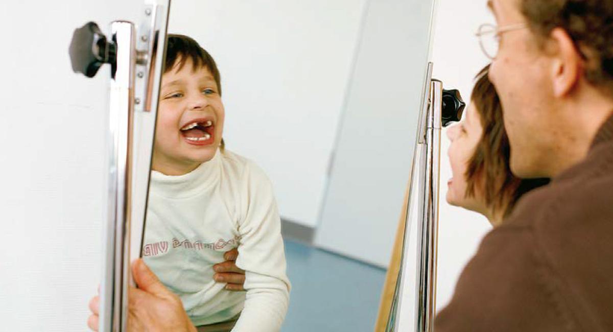 Ein Junge mit Autismus in der Therapie mit einem Therapeuten