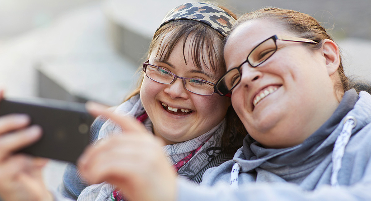 Zwei Frauen machen gemeinsam ein Selfie